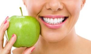 sbiancare-i-denti-a-casa-rimedi-naturali-744x445